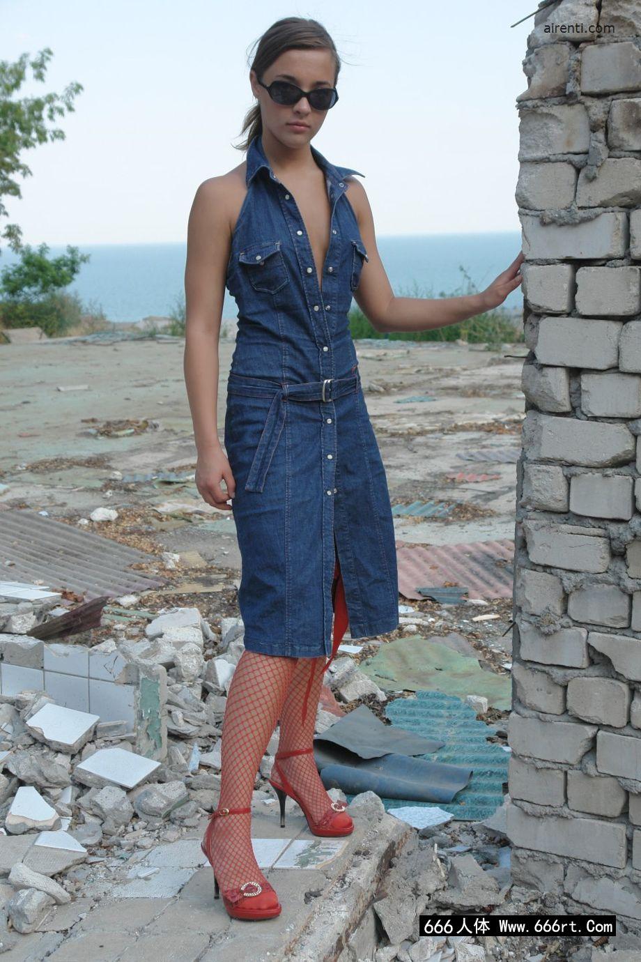欧洲名模玛吉身穿渔网装外拍人体艺术