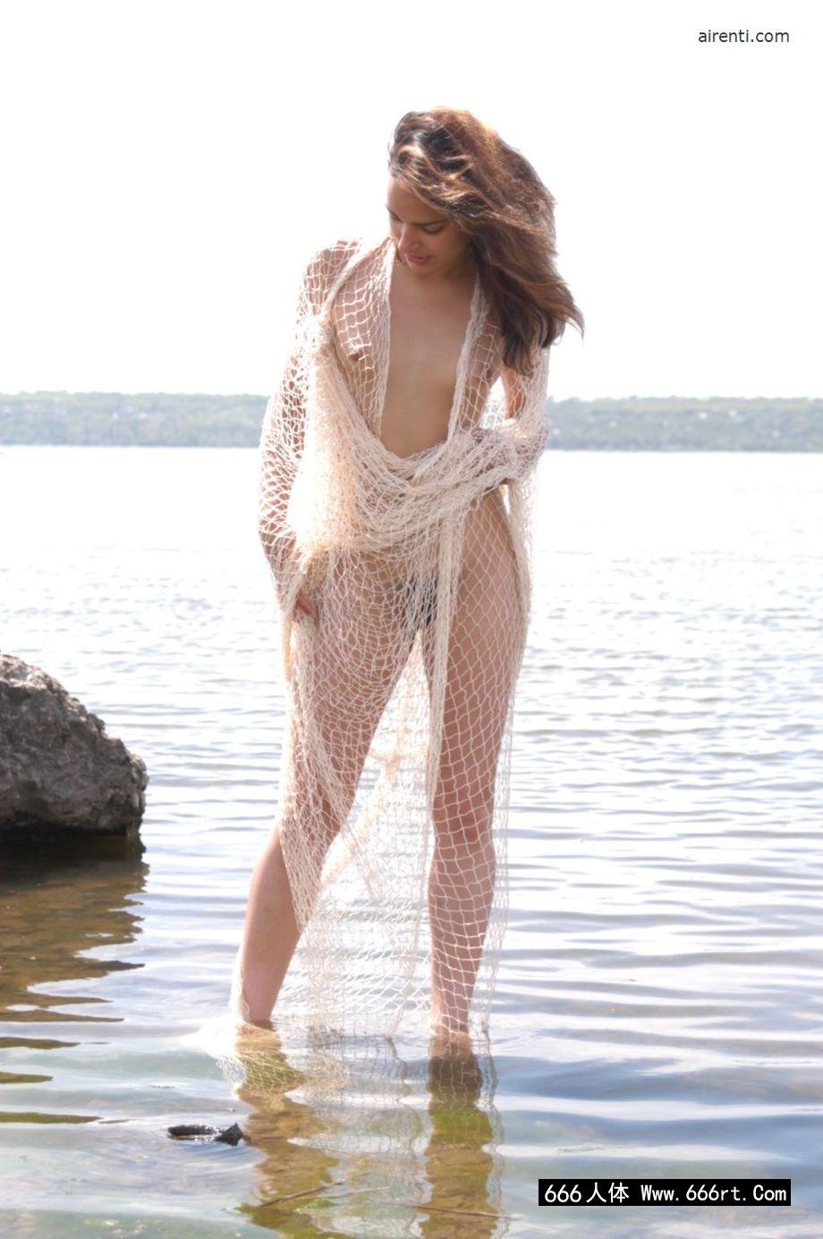 身披白色渔网的裸模克莱尔湖中外拍