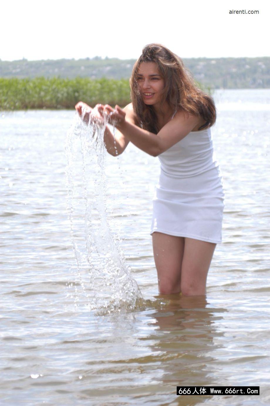 湖边外拍穿青苔特色内裤的名模Daisy