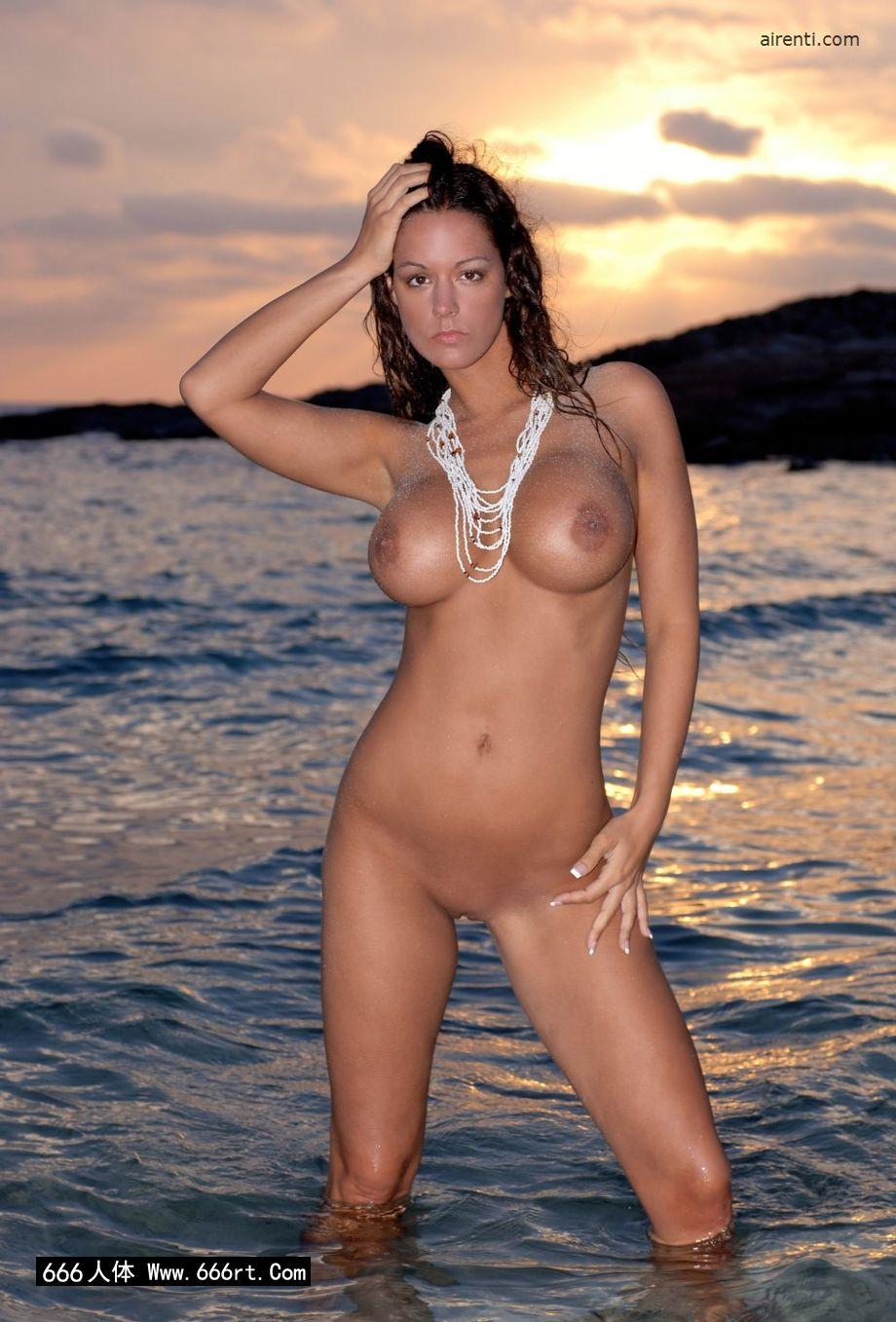 艳丽美人Cecilia黄昏海边外拍人体
