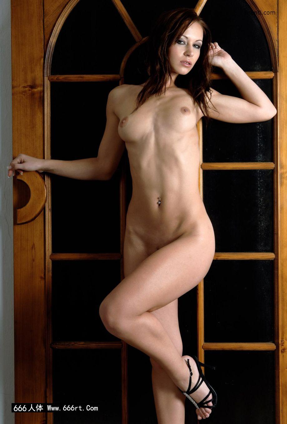 棚拍木门下身材超好的美模Gladys