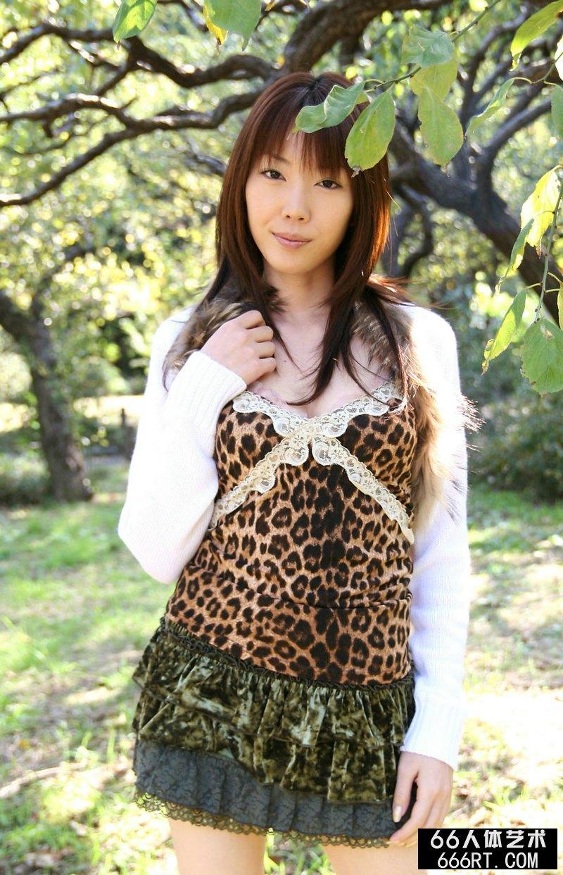 东洋美妇户外豹纹短裙摄影