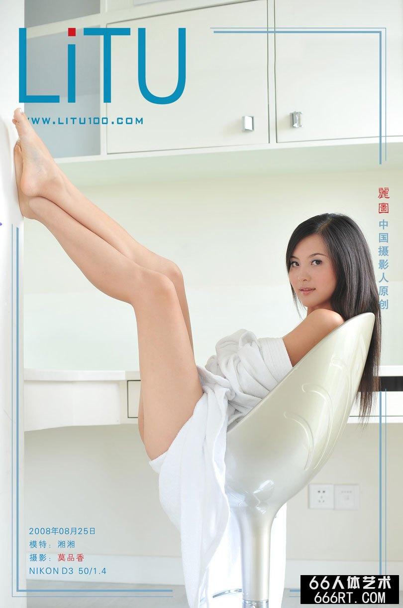 尤物湘湘08年8月25日室拍浴袍下的胴体