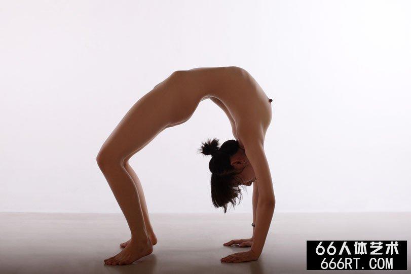 体操靓妹晨雨棚拍下腰一字高难度动作