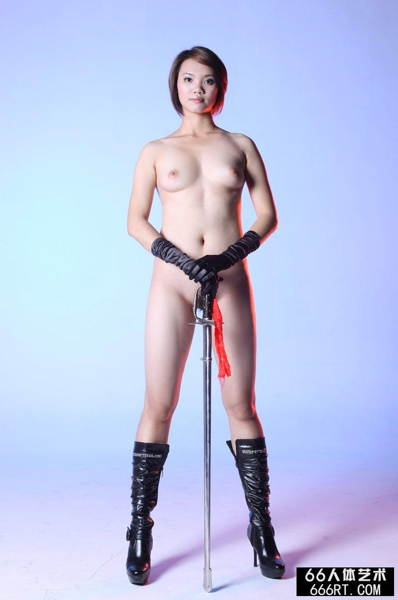 棚拍个子丰腴的短发名模高妹舞剑