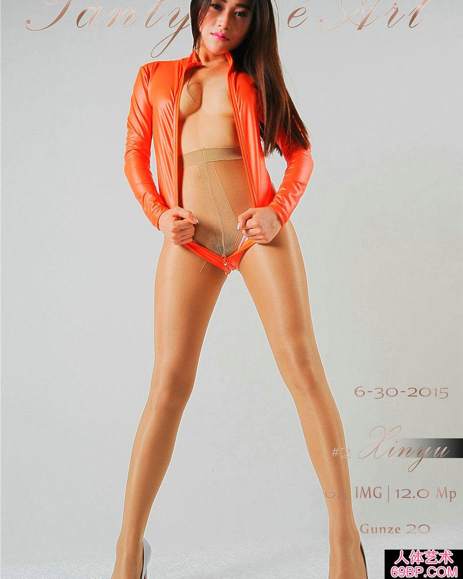 妩媚黑丝妹子穿橙色高叉内衣棚拍人体