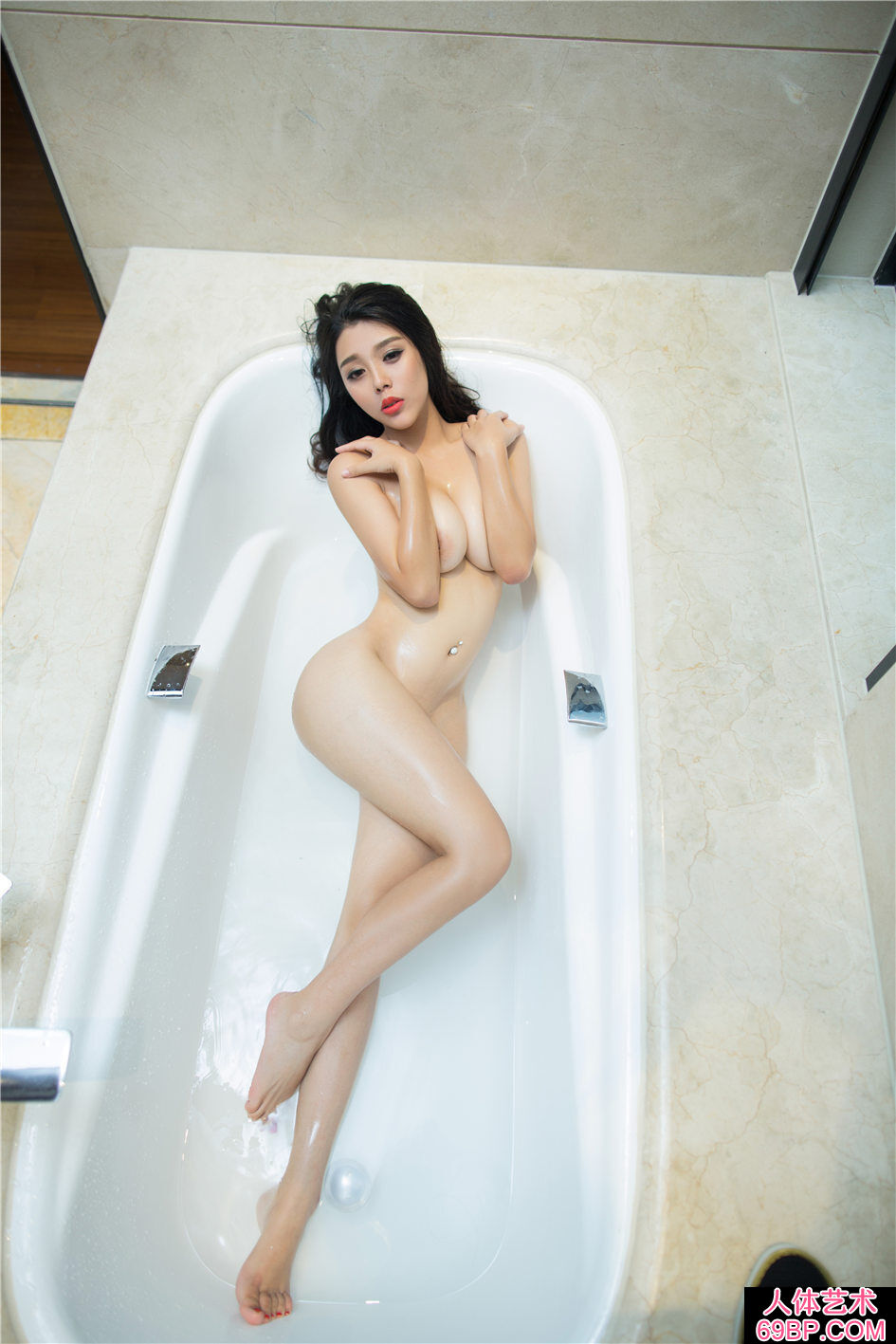 身材很棒的大学生浴室湿身人体图片
