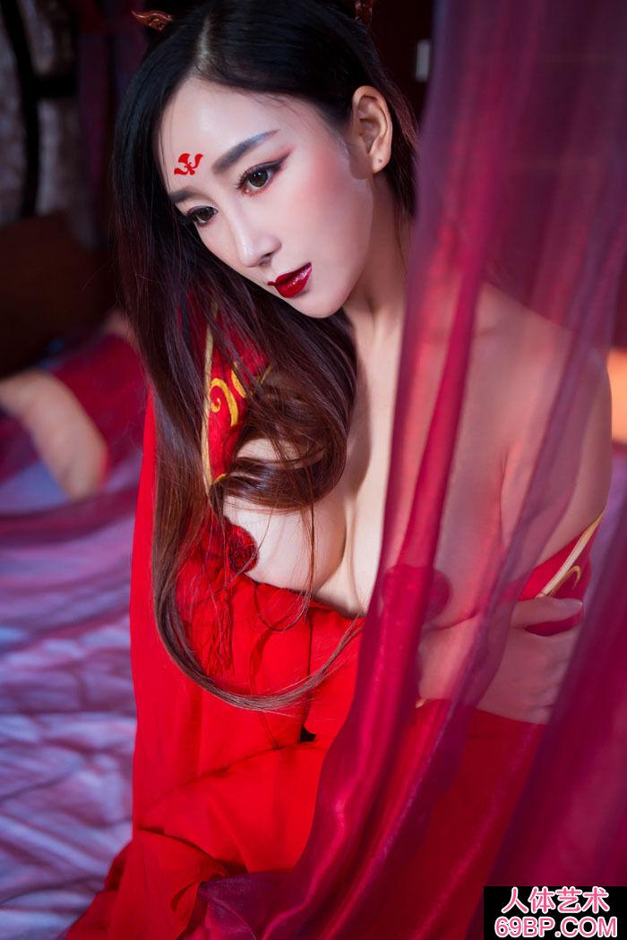 身穿中国传统服饰的邹晶晶室拍人体