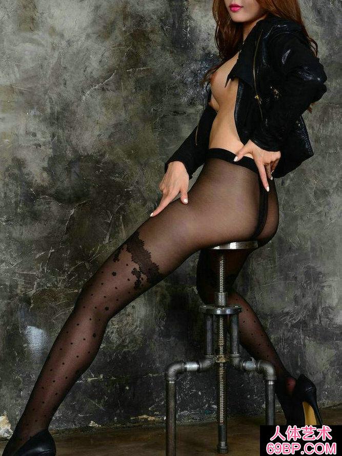 长头发靓女穿黑色薄丝棚拍人体写真