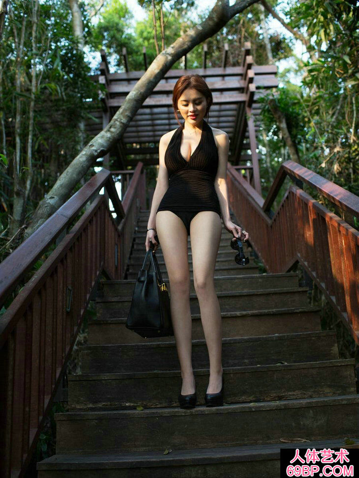 高尚半山别墅外拍长腿美胸女神