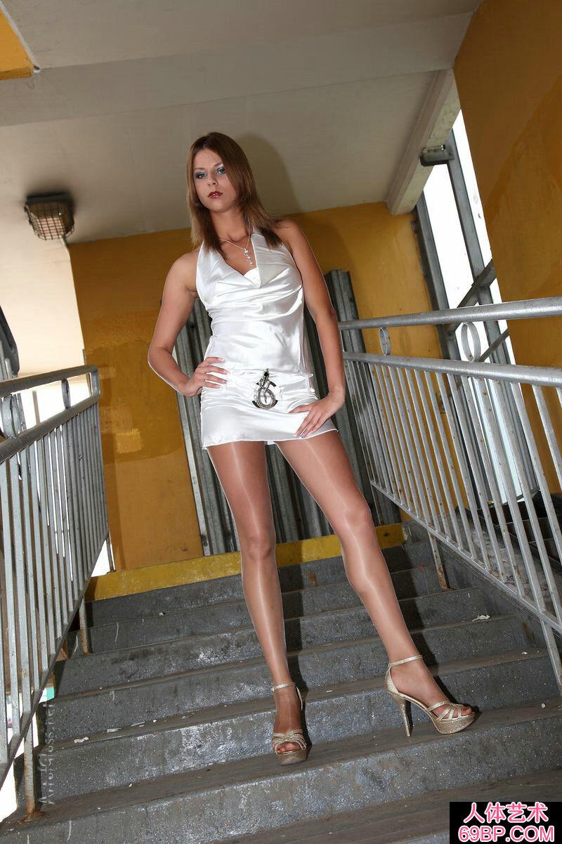 穿白色超短裙的东欧嫩模全裸肉丝人体
