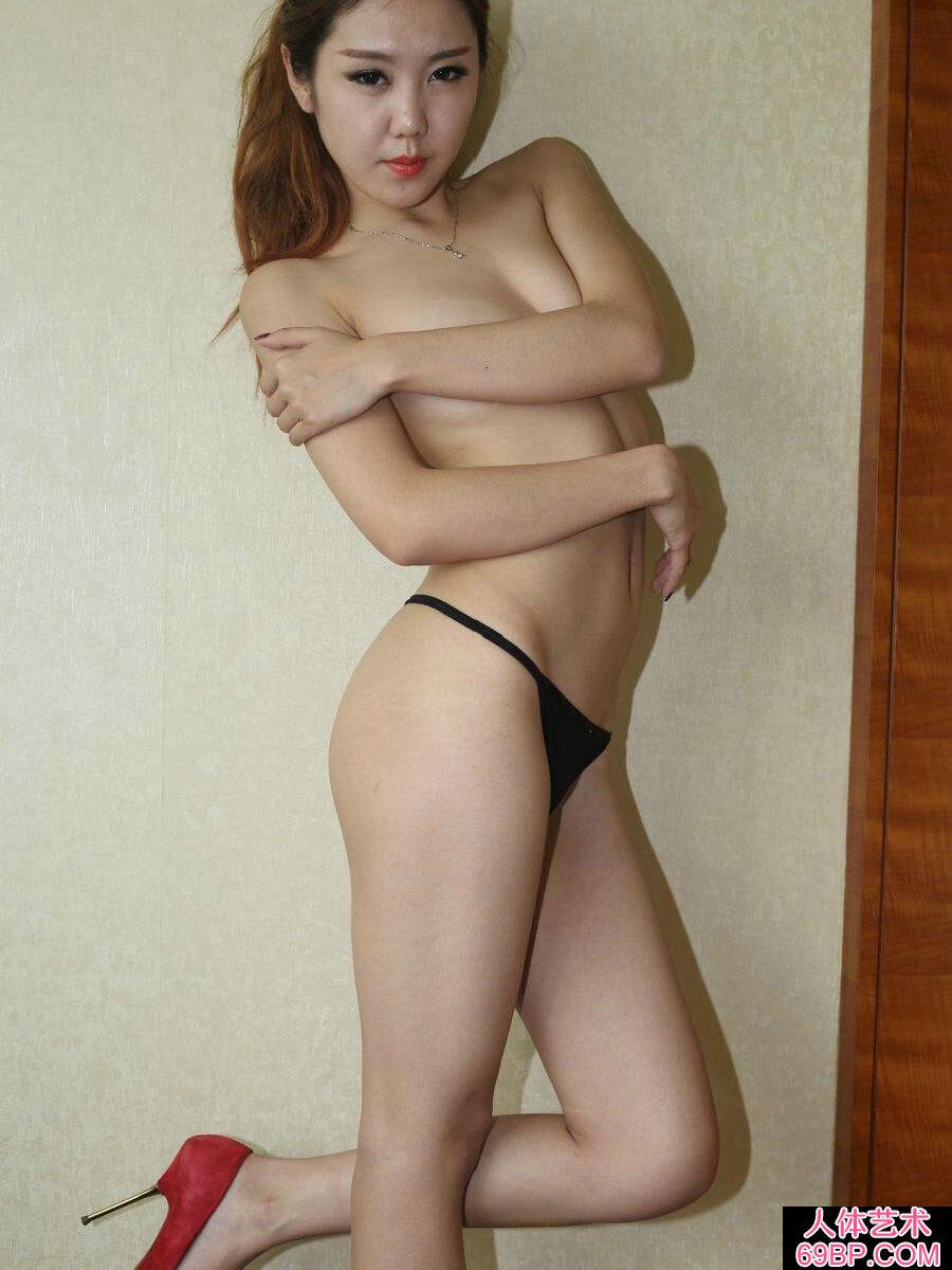 上身全裸的美模林雅琪穿性感内衣私密照