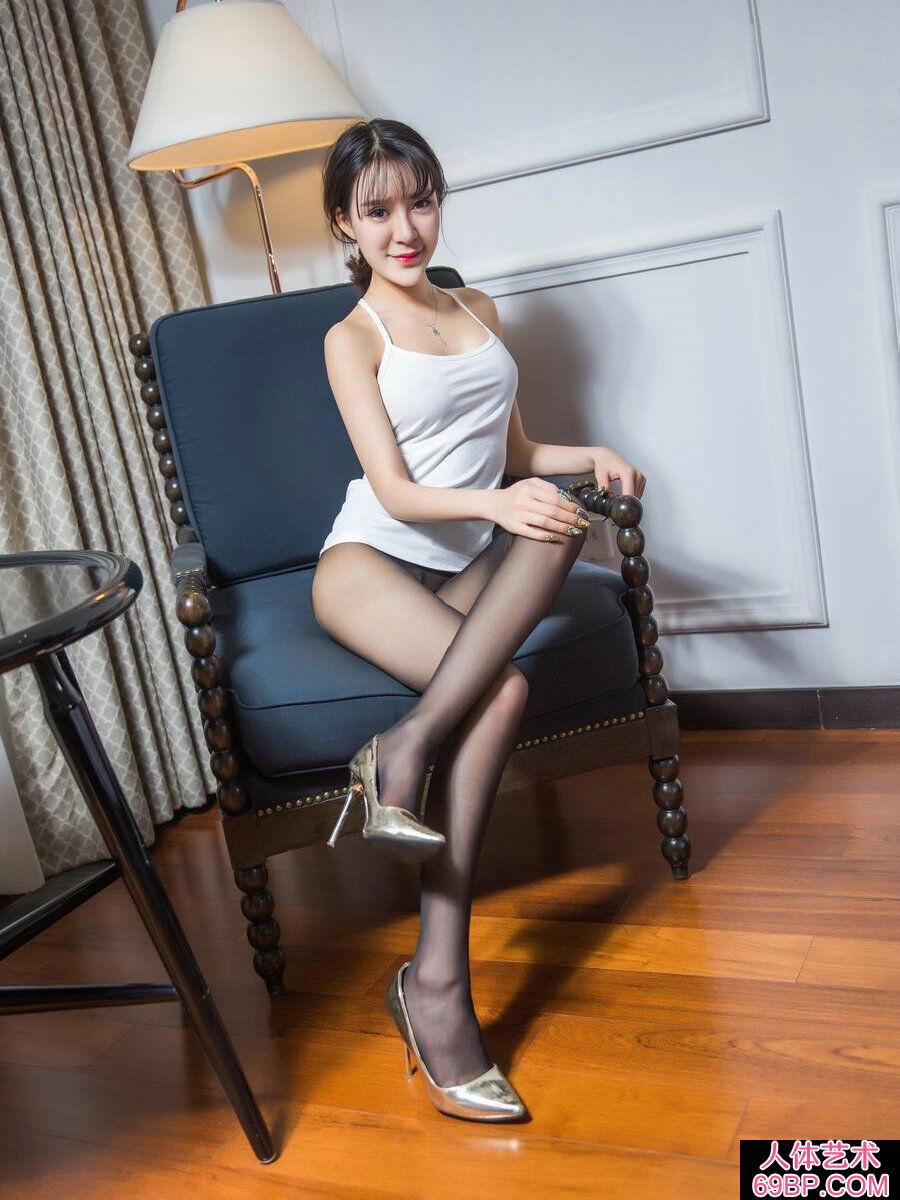 身材棒棒的黑丝玉足靓女希亚室拍写照