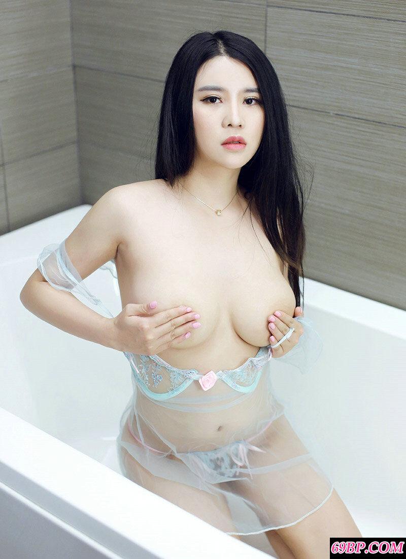 肤白貌美胸且大的靓妹Suki浴室摄影图