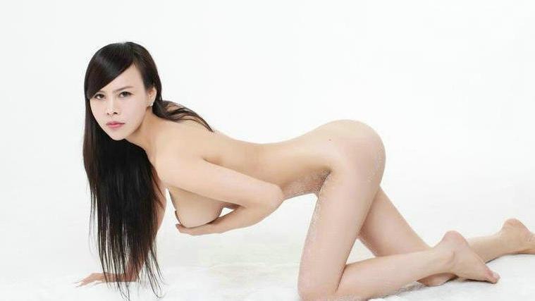 全身上下全裸的长头发美模棚拍人体图片