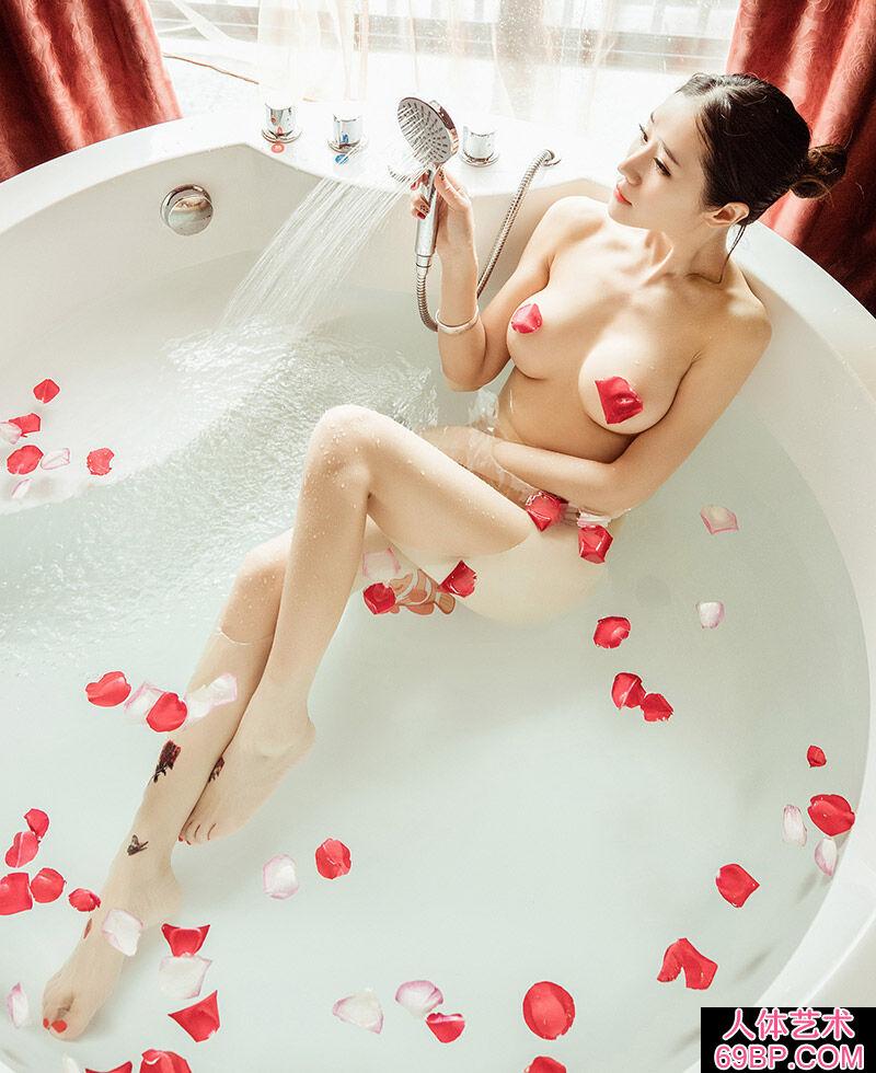 长的有几分像杨幂的俏丽美人玫瑰花瓣浴