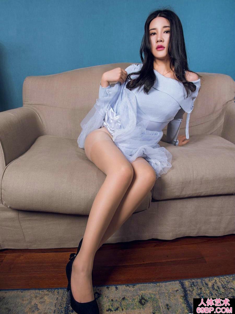 公寓酒店室拍超模可儿蓝纱裙内春光外露