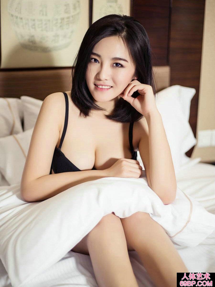 可爱的短发女神萌萌酒店外出拍摄写照