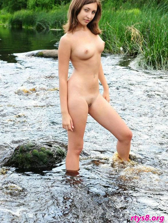 肌肤甜美的精品美人Audrey小溪外拍人体
