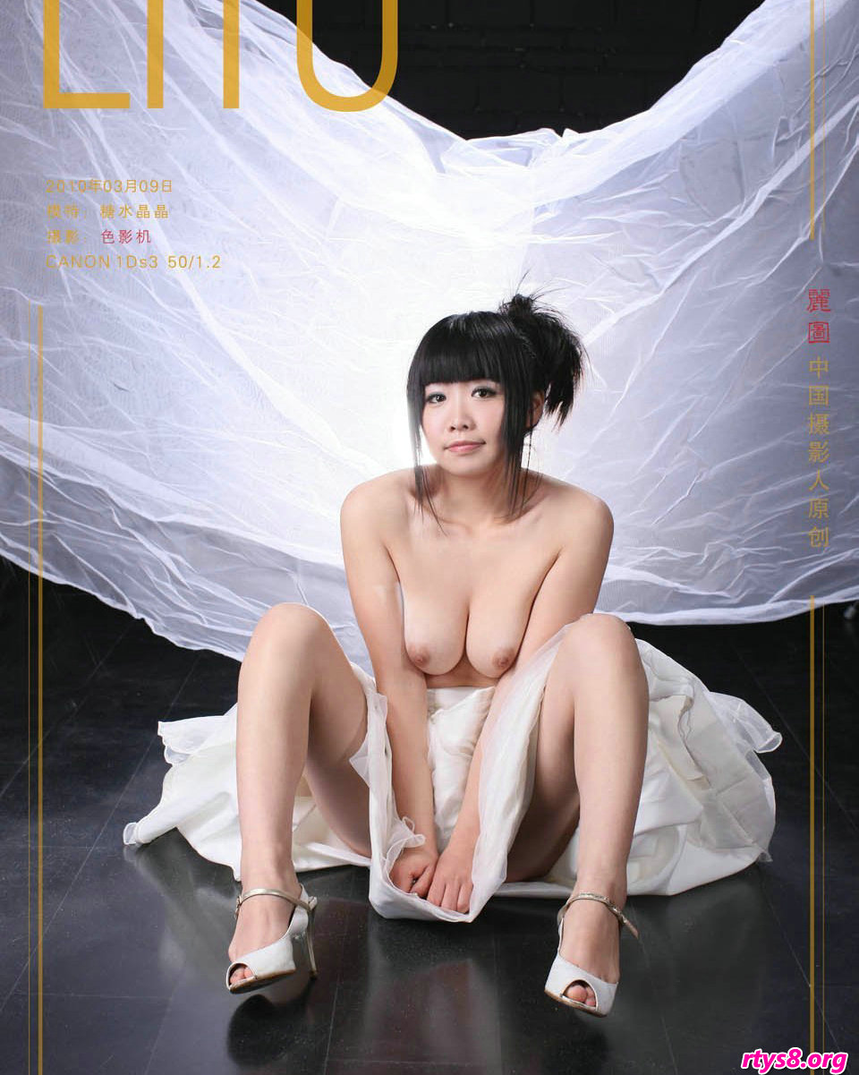 丰腴可人的的超模晶晶身披白纱室拍人体