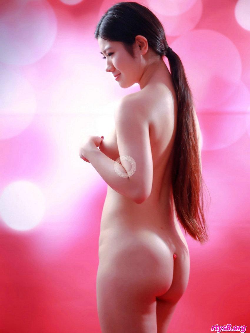 长头发及腰的美模阿苗拍摄粉嫩的肌肤