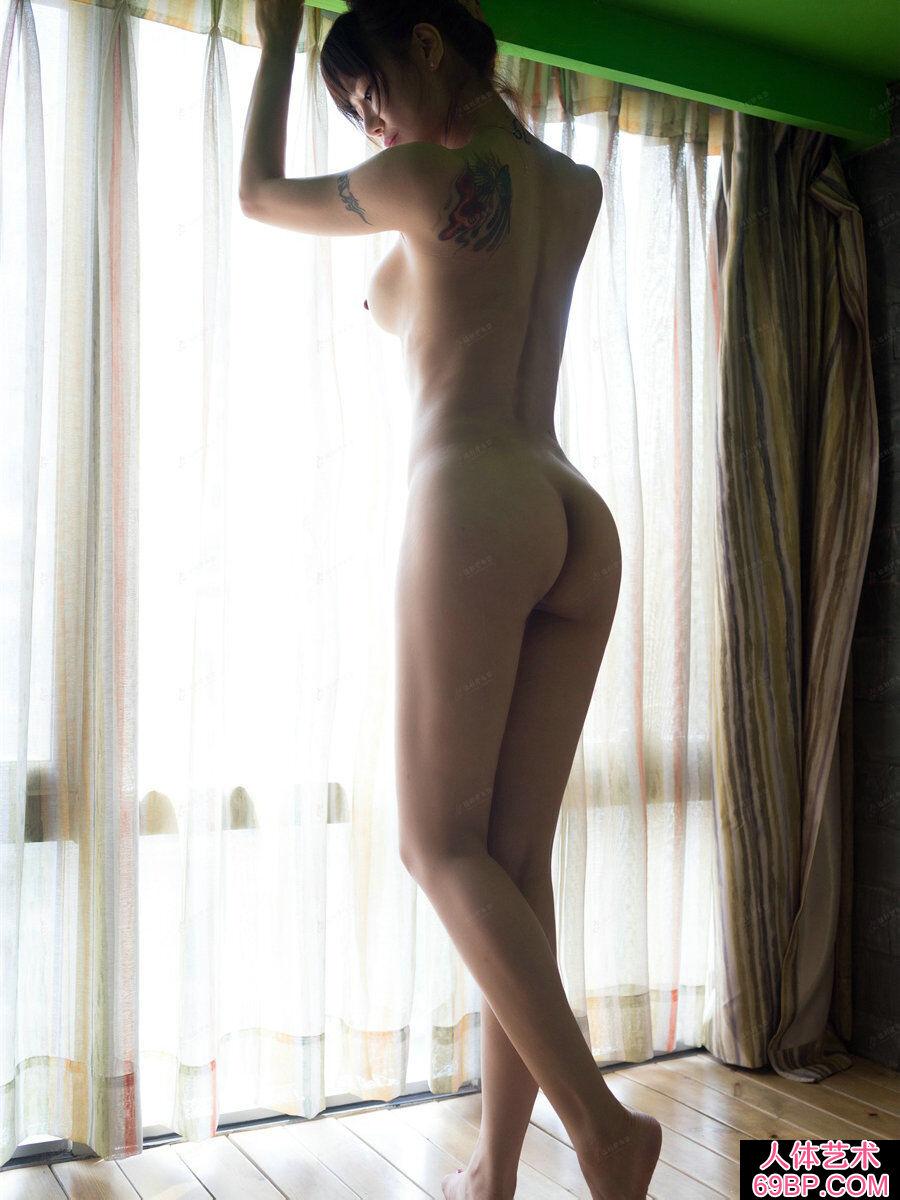 臀部又翘又圆的嫩模何奕恋居家拍摄人体