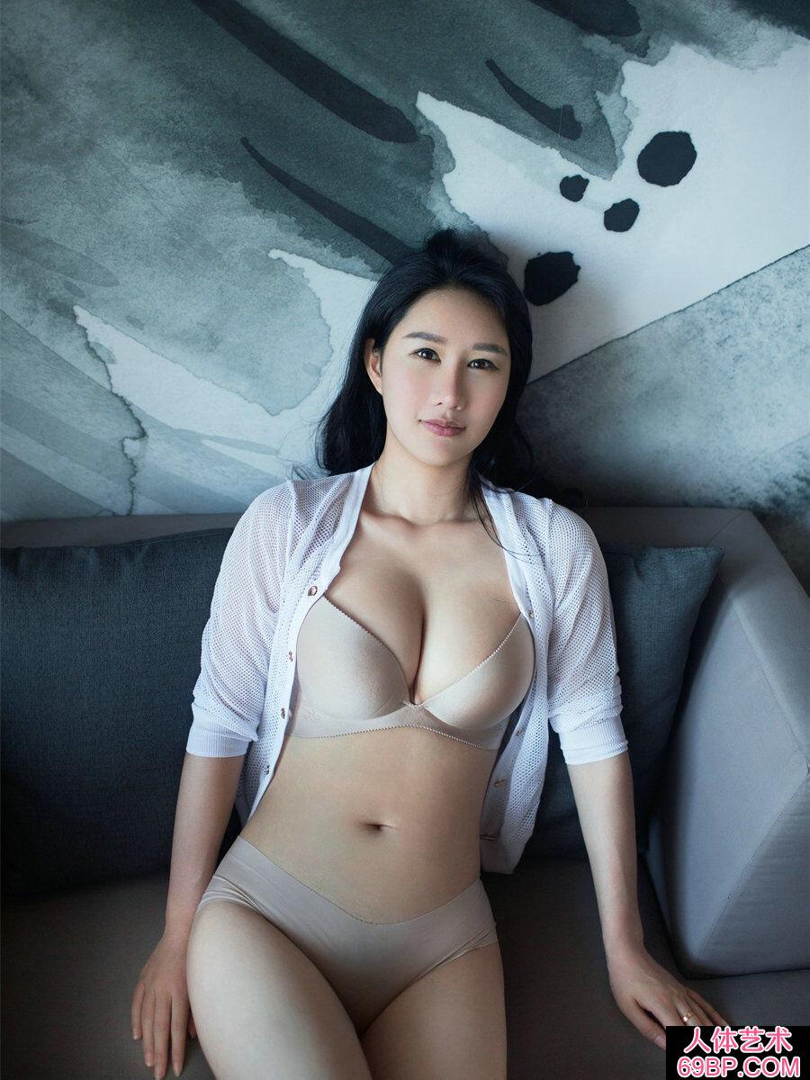 睡在大浴缸里的谭冰白皙人体艺术