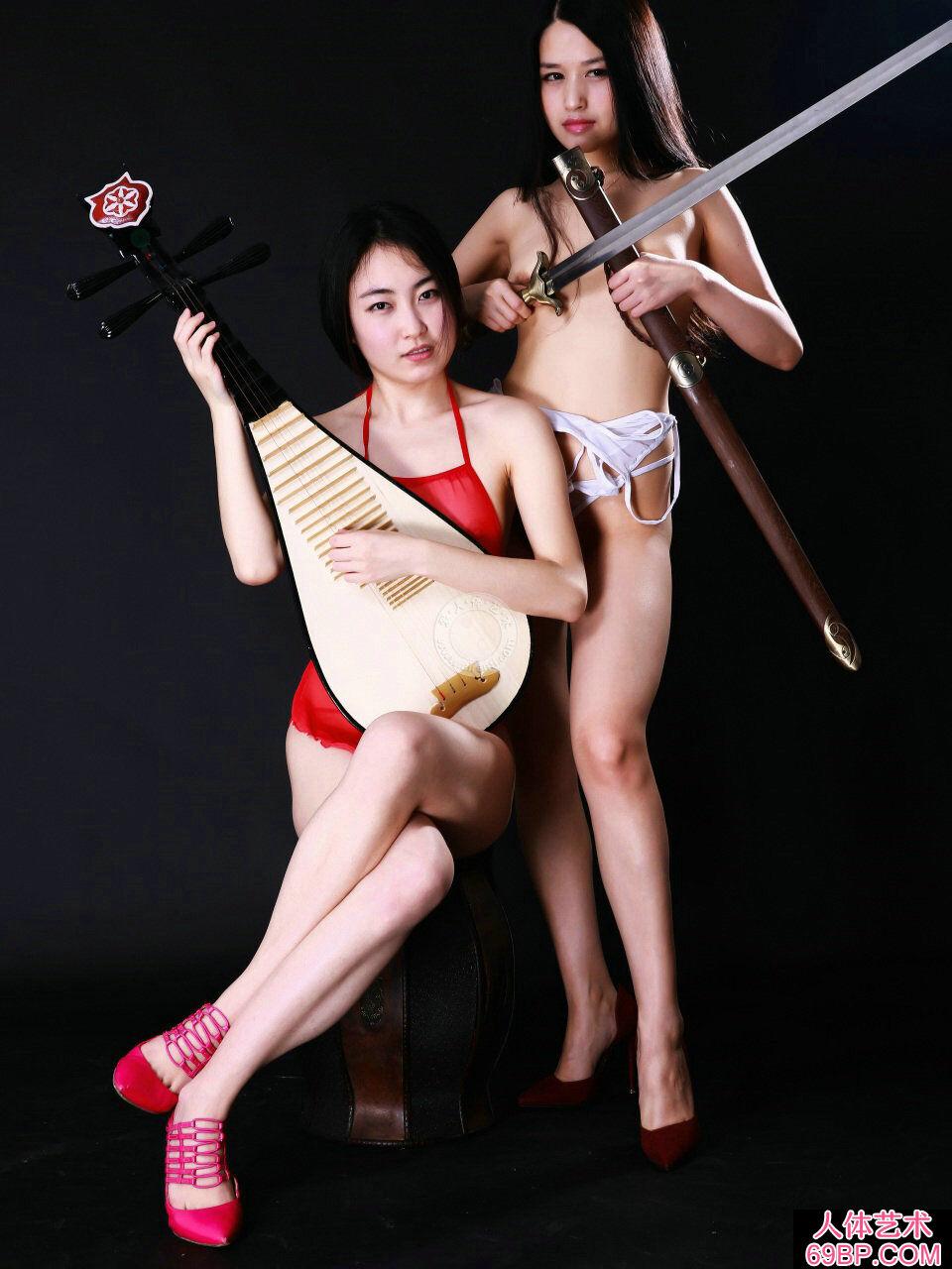 棚拍身披丝巾弹琵琶的名模小慕和阿林