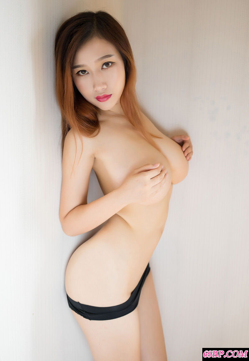 年轻美模一对美胸让无数男人折腰