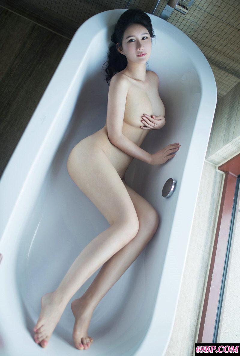 丰腴肉感的少女谭冰展示傲人双峰