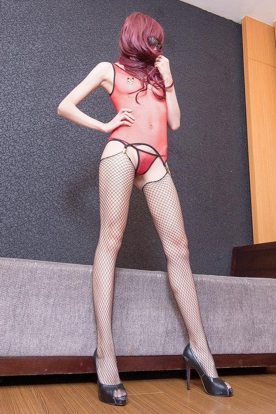 嫩模嫩模火红泳装配黑色网衣